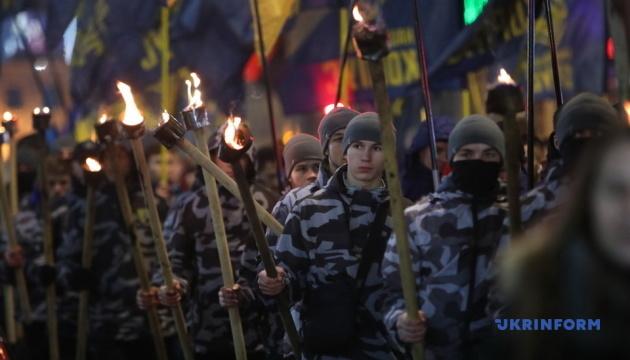 По центру Харькова прошло факельное шествие в честь Героев Крут