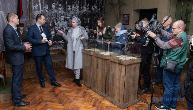 Мер Франківська подарував Музею Бандери листівки ОУН та УПА, які купив на аукціоні