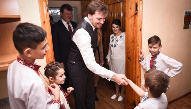 Гончарук і Соколовська відвідали дитбудинок сімейного типу на Житомирщині