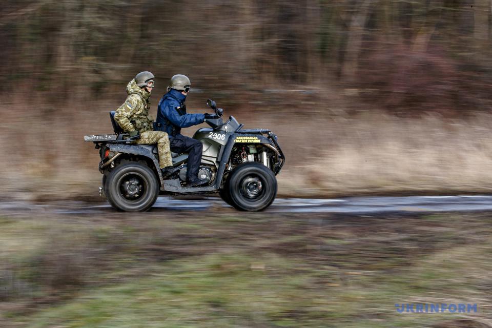 Пограничник и нацгвардеец во время патрулирования границы Украины / Фото: Сергей Гудак. Укринформ