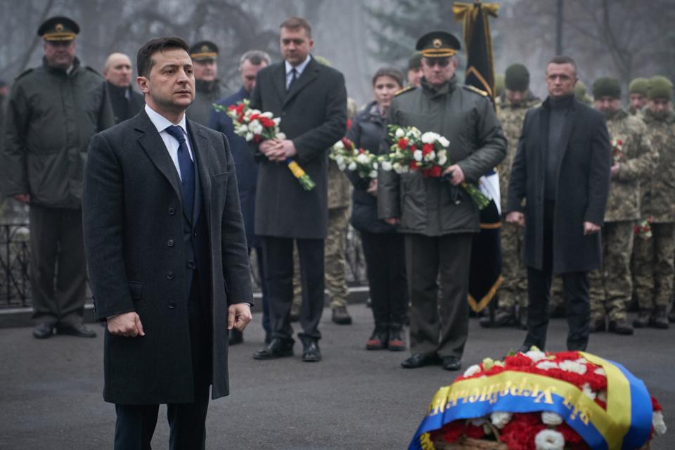 Зеленський поклав квіти до Пам'ятного Хреста Героям Крут / Фото: Офіс Президента