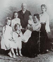 6-родина Івана Пулія із дочками та старшим сином