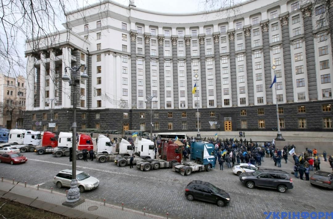 Мітинг міжнародних перевізників на фурах під будівлею КМУ