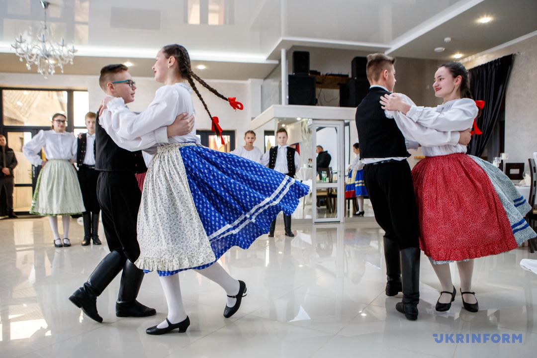 Колектив з села Тийглаш танцює чардаш під час презентації