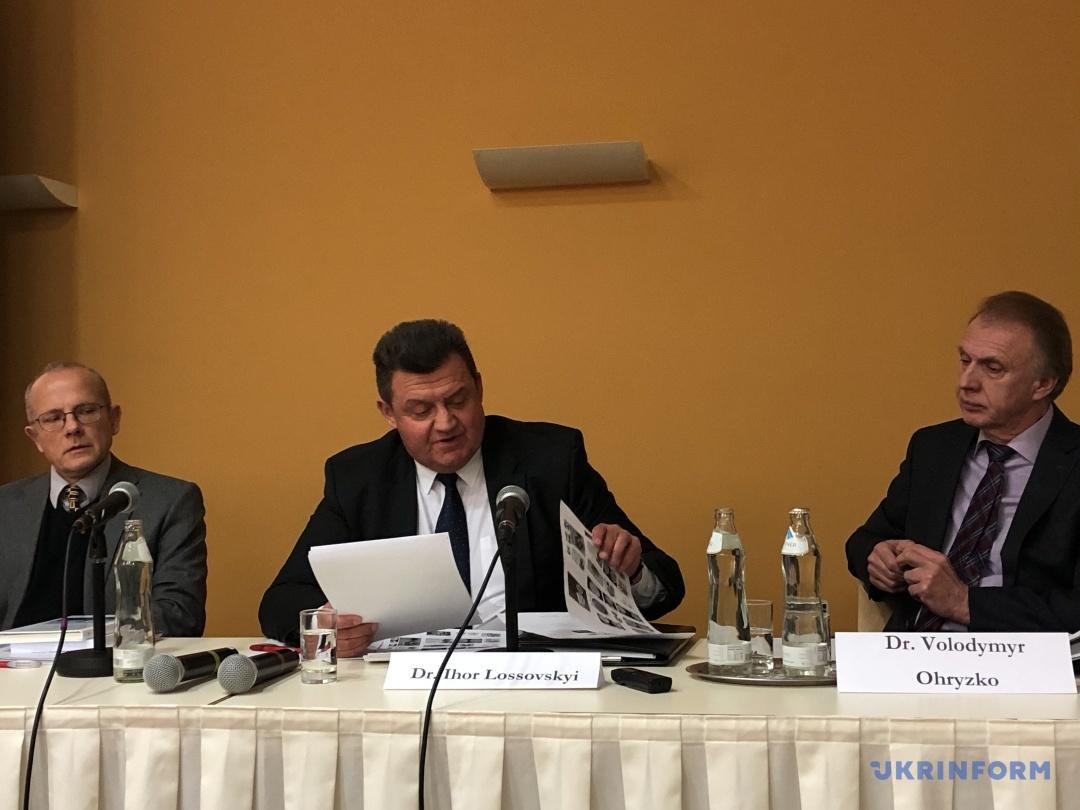 Ігор Лоссовський (посередині)