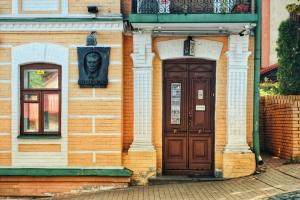 20 незвичайних дверей Києва, які варто побачити на власні очі