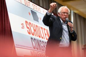 Берні Сандерс вийшов із президентської гонки у США