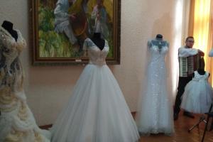 """У Чернівцях представили виставку суконь, які шиють у """"весільному"""" селі"""
