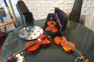 """Проект """"28. Музыка Достоинства"""": в Укринформе вручат скрипки для юных талантов"""