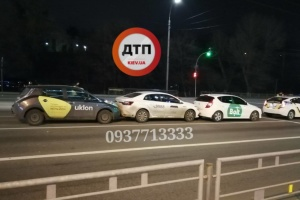 В Киеве столкнулись три автомобиля служб такси