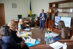 Olena Zelenska discute la reforma de la alimentación escolar con la representante de la UNICEF en Ucrania