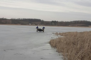 На Харьковщине под лед провалились двое рыбаков, один погиб