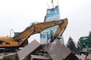 У Запоріжжі зносять 11-метровий постамент бронзового Леніна