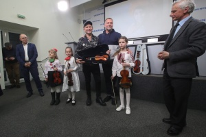 В Укринформе передали скрипки для учеников школы-интерната имени Лысенко
