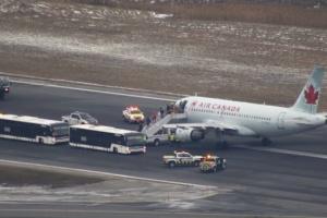 Пасажирський літак приземлився у Канаді без одного колеса