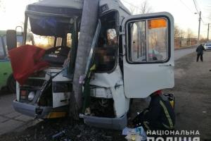 У Коростені автобус в'їхав у стовп — один загиблий, двоє травмованих