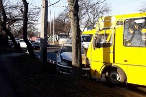 У Черкасах зіткнулися дві автівки та маршрутка, є постраждалі