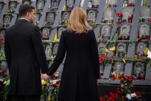 大統領夫妻、マイダン犠牲者追悼碑を訪問