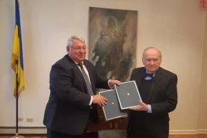 Діаспора в США передала Україні картину, присвячену жертвам Голодомору
