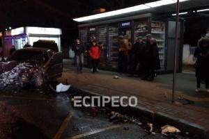 В Киеве авто вылетело на остановку: есть пострадавшие
