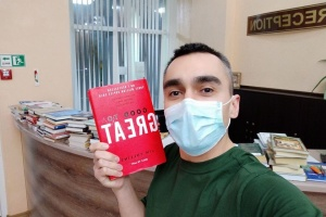 Евакуйованим з Уханя передали книги трьома мовами