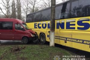 У Миколаєві зіткнулися маршрутка та рейсовий автобус, є постраждалі
