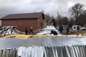 Сорванные крыши, поваленные деревья, один погибший: последствия непогоды в Украине