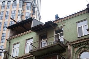 У Києві демонтують незаконну надбудову на будинку XIX століття