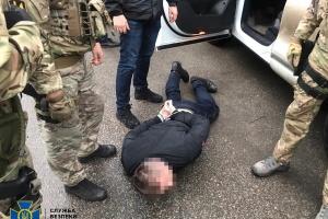 """СБУ поймала полицейского на взятке от жены """"черного риелтора"""""""