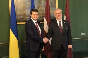 Разумков поблагодарил президента Латвии за поддержку Украины и реабилитацию воинов