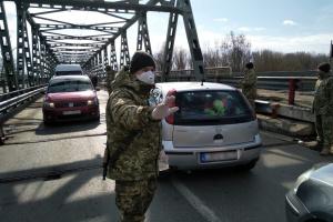 """В Україні ще думають, що робити з громадянами, які """"температурять"""" на кордоні"""