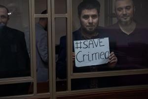 """Фігуранти """"бахчисарайської"""" справи на """"суді"""" підняли плакати з проханням про порятунок Криму"""