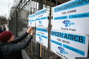Под посольством России в Киеве КрымЅОЅ 44 раз напомнил о жертвах оккупации