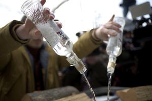 """37 тисяч пляшок: в Україні провели найбільшу утилізацію """"паленої"""" горілки"""