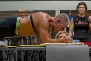 У США 62-річний спортсмен побив світовий рекорд із тривалості стояння у планці