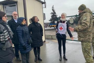 L'ambassadrice du Canada en Ukraine a visité le point de contrôle à Stanytsya Louhanska