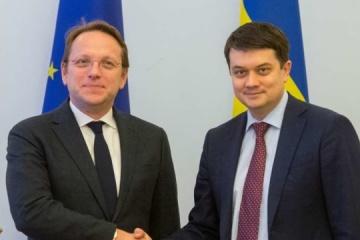 Razoumkov a rencontré le commissaire européen Várhelyi