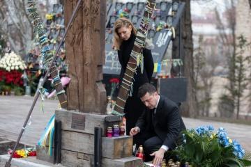 """Präsident Selenskyj und First Lady Olena gedenken der Helden der """"Himmlischen Hundertschaft"""""""