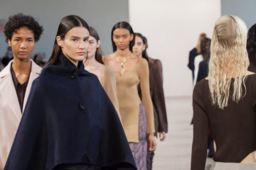 Diseñadora ucraniana presenta su colección de plástico reciclado en la Semana de la Moda de Nueva York