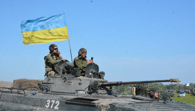 Украинцы больше всего доверяют армии, а меньше всего — чиновникам и судам