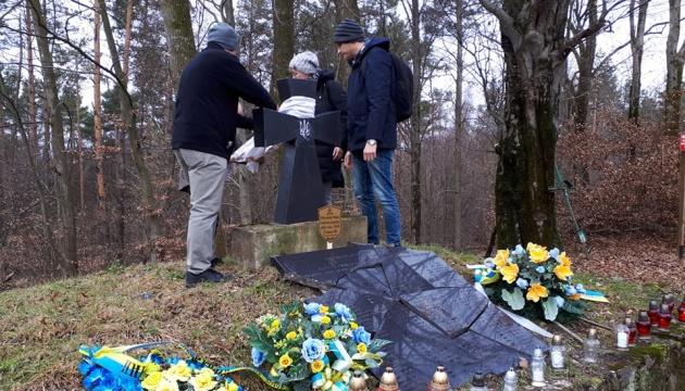 Українські й польські активісти відвідали сплюндровані могили УПА на горі Монастир