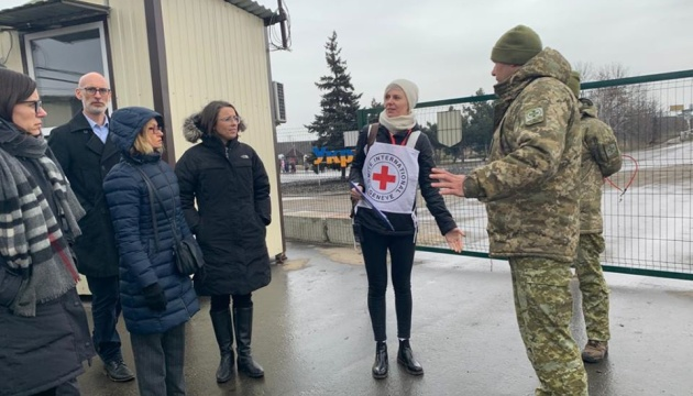 Посол Канади відвідала пункт пропуску у Станиці