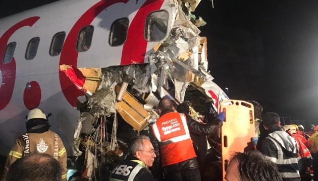 Аварія у Стамбулі: 52 постраждалих, рятувальники розрізають корпус літака