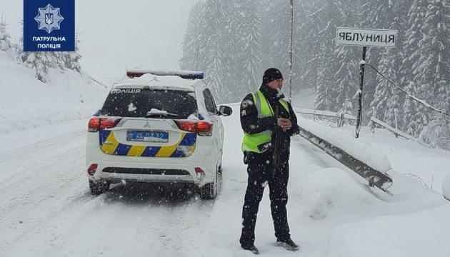 Негода в Україні: патрульні розповіли про ситуацію на дорогах