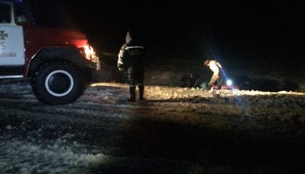 На Запоріжжі під час негоди рятувальники відбуксували 13 вантажівок та дві