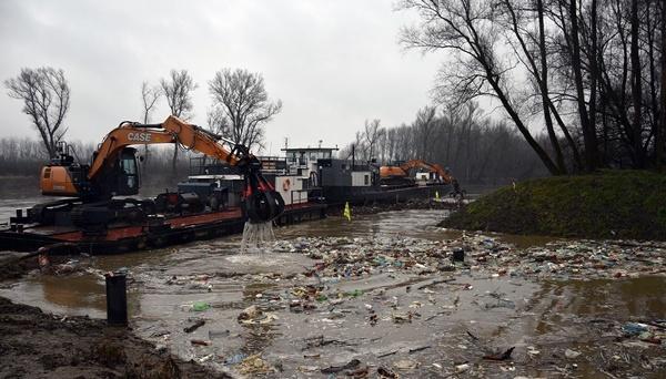 Тонны мусора из Закарпатья плывут по Тисе в Венгрию