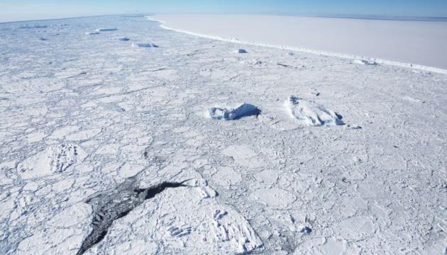 Найбільший у світі айсберг рухається у бік відкритого океану — BBC