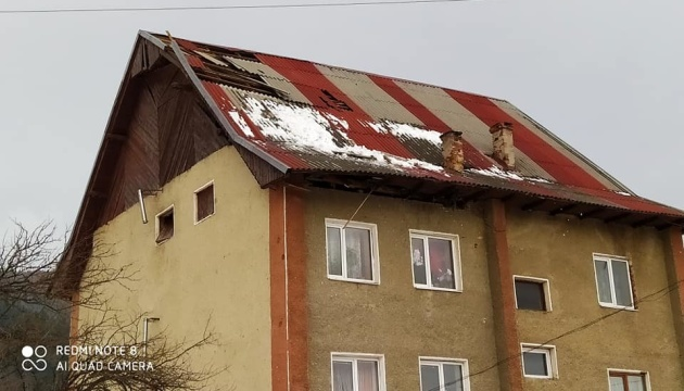 На Прикарпатті вітер зриває дахи, без світла 45 населених пунктів