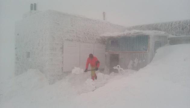 Карпати засипає снігом - намело майже метр