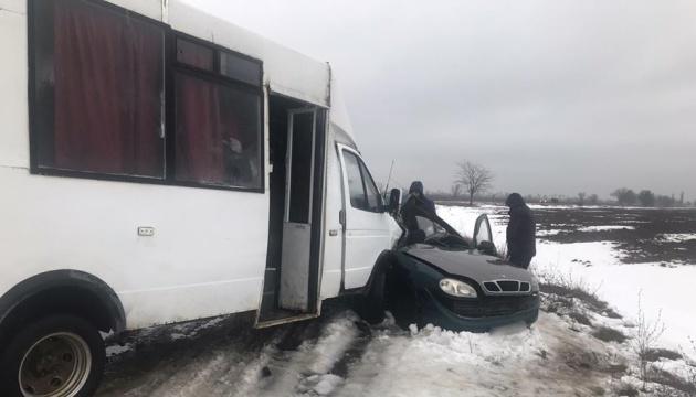 На Херсонщині Daewoo Sens в'їхав у маршрутку, троє загиблих
